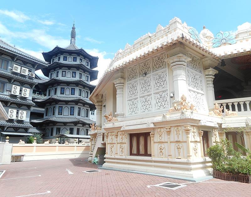 Due templi di religioni diverse a Singapore