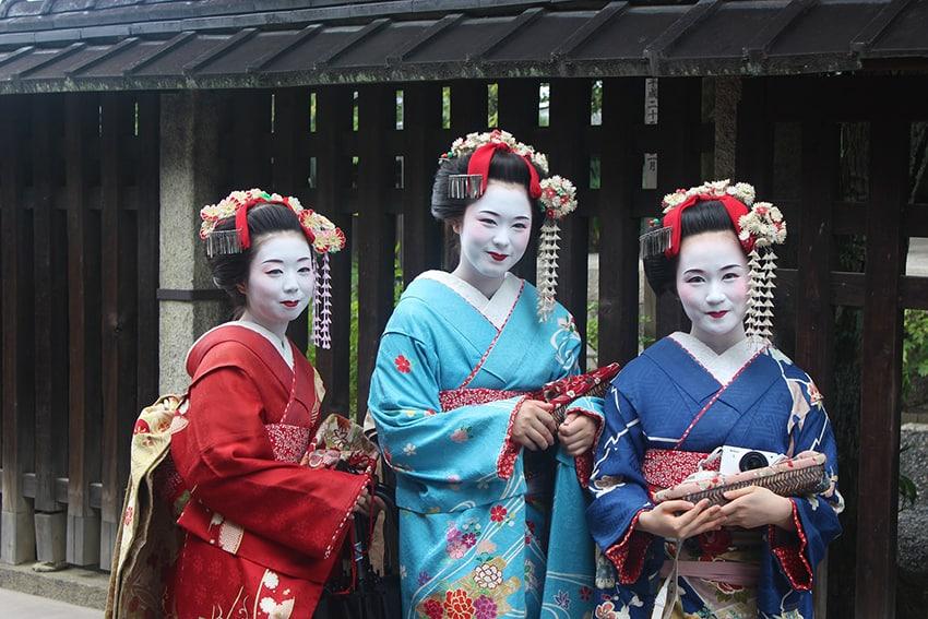 Geisha in posa nel quartiere di Gion